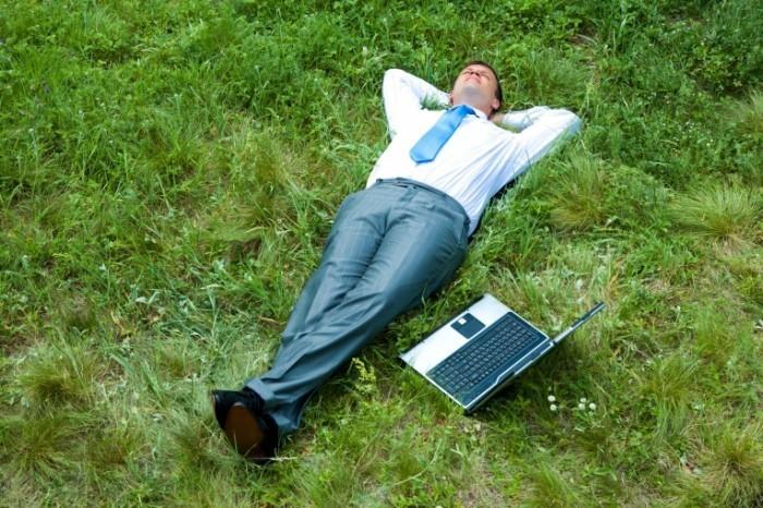 shutterstock 14502976 700x466 Офисный работник на траве   Office worker on grass