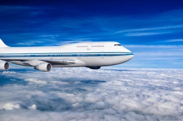 shutterstock 147988925 700x466 Самолет в небе   Plane in the sky