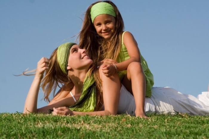 shutterstock 14981752 2 700x466 Женщина с девочкой на траве   Woman with a little girl on the grass