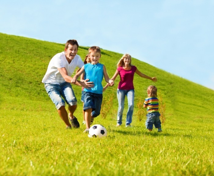 shutterstock 847483391 700x575 Семья с мячом на прогулке   Family on a walk with the ball