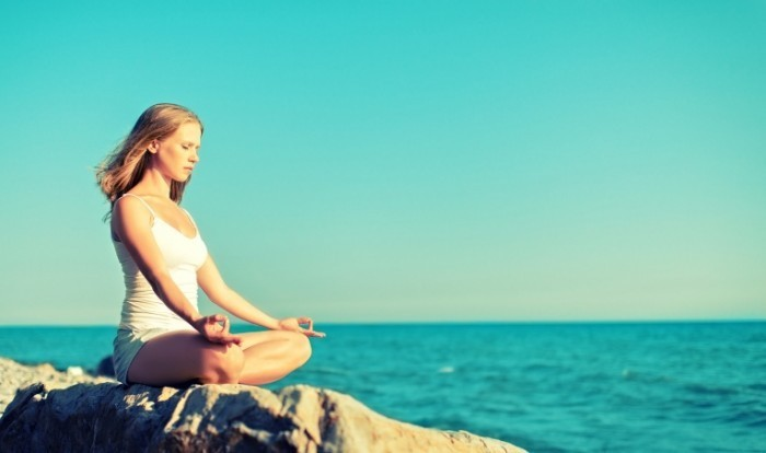 0a796ae83f935dd3 shutterstock 150647312.jpg.xxxlarge 2x 700x414 Медитация на берегу моря   Meditation on the beach