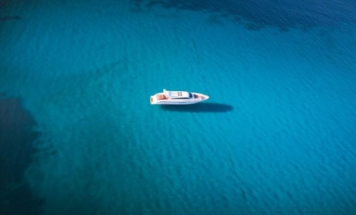 Belrose Fotolia 2087x1268 700x424 Лодка в море   Boat at sea