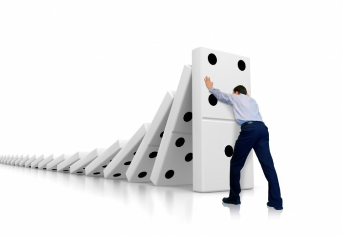 Fotolia 10996728 Subscription L 700x484 Мужчина с домино   Man with dominoes