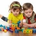 Дети с развивающими кубиками - Children with developmental cubes