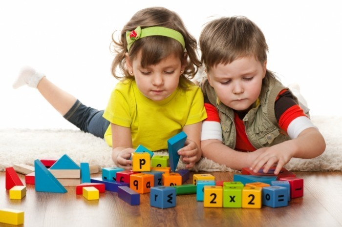 Fotolia 40352798 Subscription Monthly M 700x465 Дети с развивающими кубиками   Children with developmental cubes