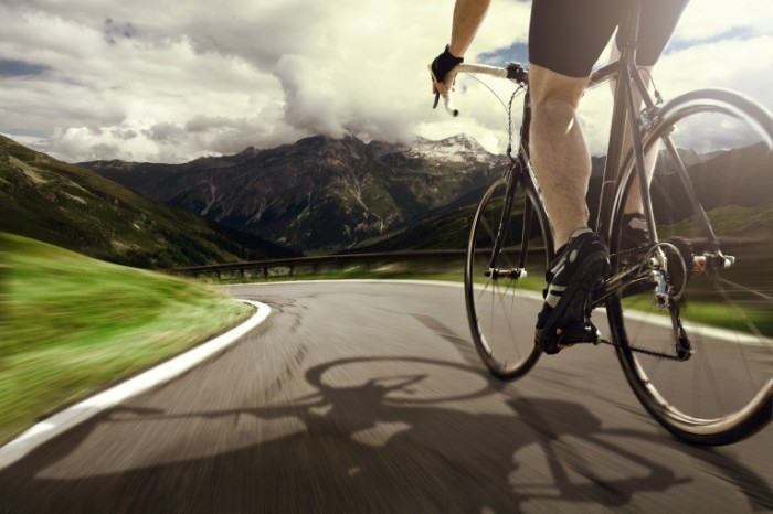 Fotolia 42537134 Subscription Monthly XL 700x466 Велосипедист в горах   Cyclist in the mountains