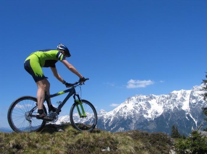 Fotolia 60388284 Subscription Monthly L 700x524 Велосипедист на склоне гор   Cyclist on the hillside