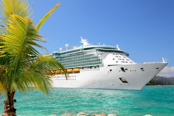 cruise ship shutterstock 133987346 700x466 Белая яхта   White yacht