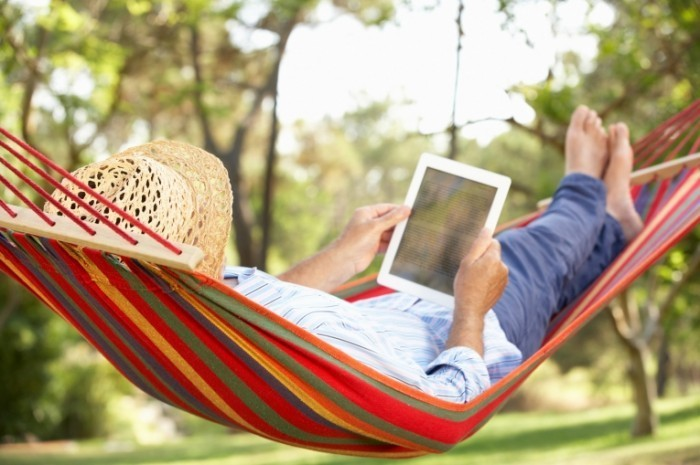 fotolia 46829779 m 700x465 Мужчина в гамаке с планшетом   Man in a hammock with a tablet