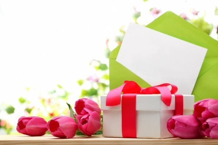 fotolia 51696657 subscription monthly xxl 700x466 Цветы и подарок   Flowers and gift