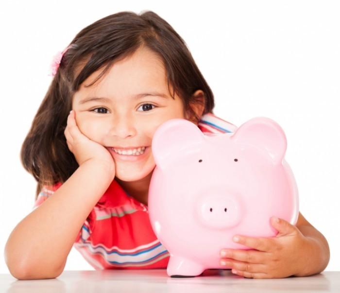 shutterstock 1032275811 700x603 Девочка с копилкой   Girl with piggy bank