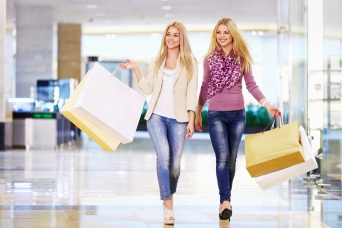shutterstock 111207413top 5 shooping 700x466 Девушки с покупками   Girls with shopping