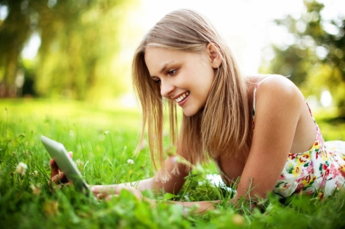 shutterstock 111533981 700x466 Девушка за ноутбуком на траве   Girl behind the laptop on the grass