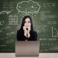 Девушка с ноутбуком на фоне доски - Girl with laptop on board background