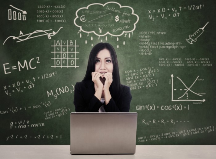 shutterstock 120363535 700x515 Девушка с ноутбуком на фоне доски   Girl with laptop on board background