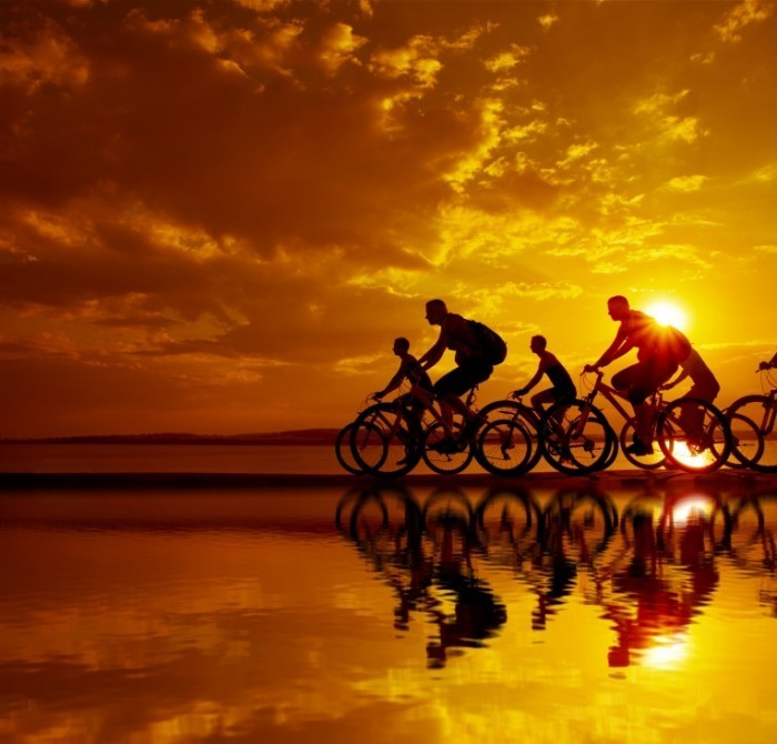 shutterstock 142842319 700x670 Велосипедисты в закат   Cyclists in the sunset