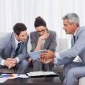 Бизнесмены за планшетом - Businessmen for your tablet