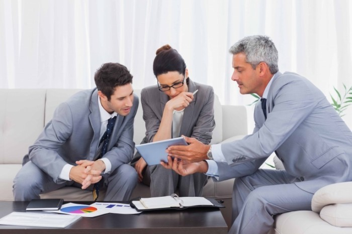 shutterstock 148140776 copy 700x466 Бизнесмены за планшетом   Businessmen for your tablet