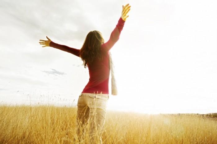 shutterstock 97713707 700x465 Девушка в поле   Girl in a field