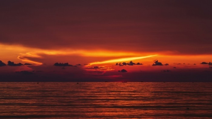 stock footage time lapse sunset over sea 700x393 Морской пейзаж ночью   Seascape at night