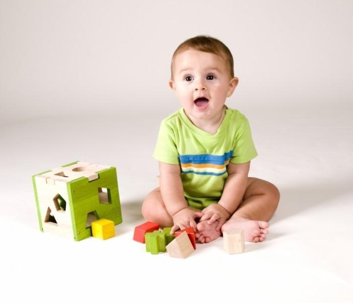 baby shutterstock 64609939 700x601 Ребенок с кубиками   Child with ice