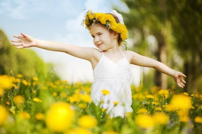 istock 000013112749xxxlarge 700x466 Девочка на цветочном поле   Girl in the flower field