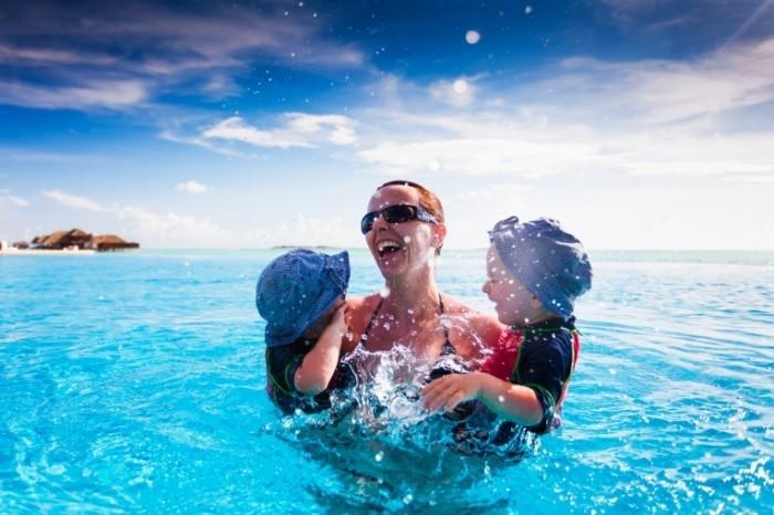 shutterstock 100806973 700x466 Женщина с детьми в воде   Woman with children in water