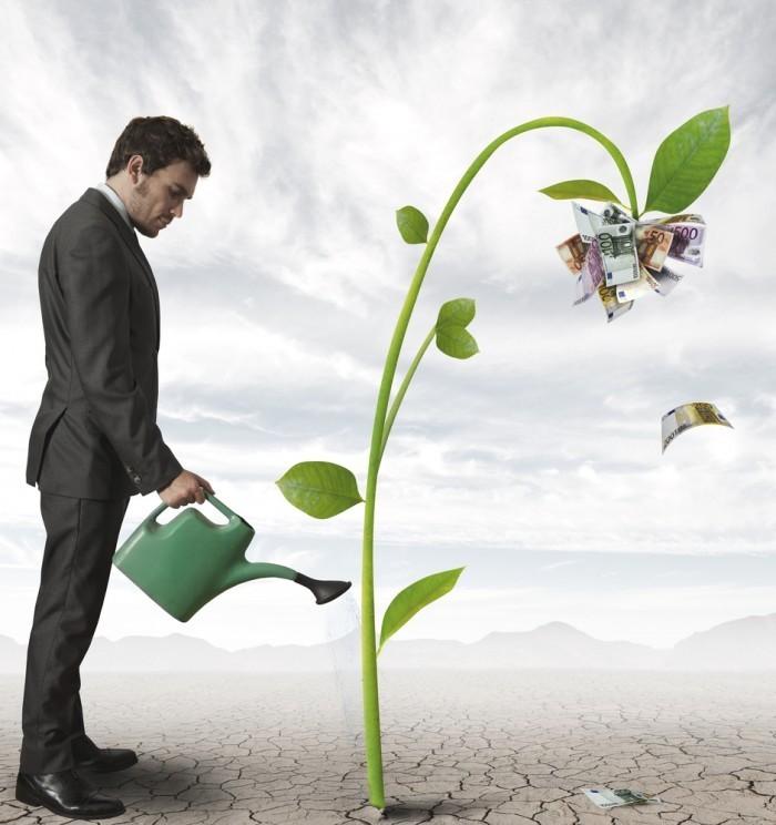 shutterstock 110675843 700x744 Мужчина поливает росток   Man watering sprout