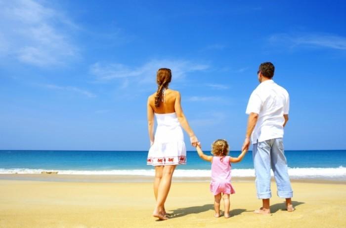 shutterstock 11125762 700x463 Семья на пляже   Family on the beach