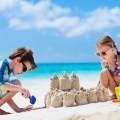 Дети строят песочный замок - Children build sand castle