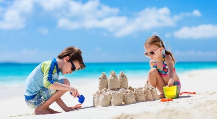 shutterstock 131031266 sm 700x385 Дети строят песочный замок   Children build sand castle