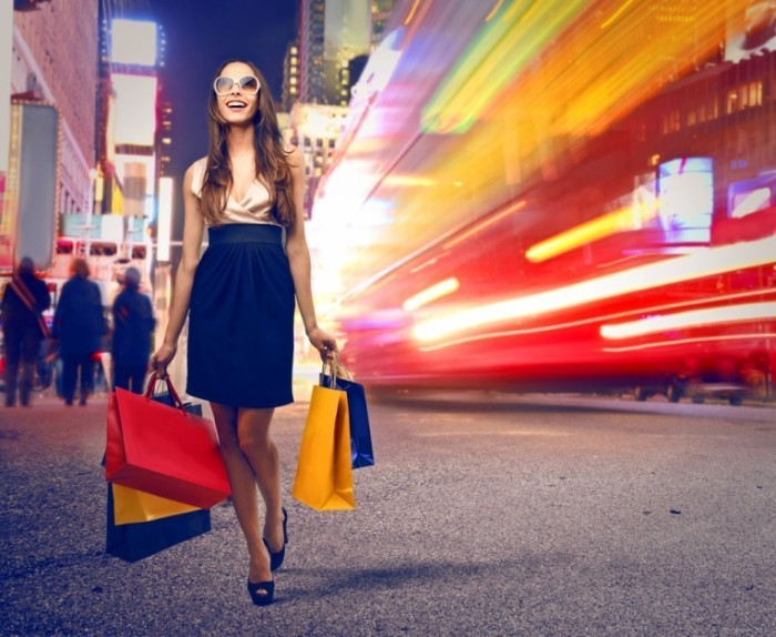 shutterstock 132492740 700x574 Девушка на шопинге   Girl on a shopping