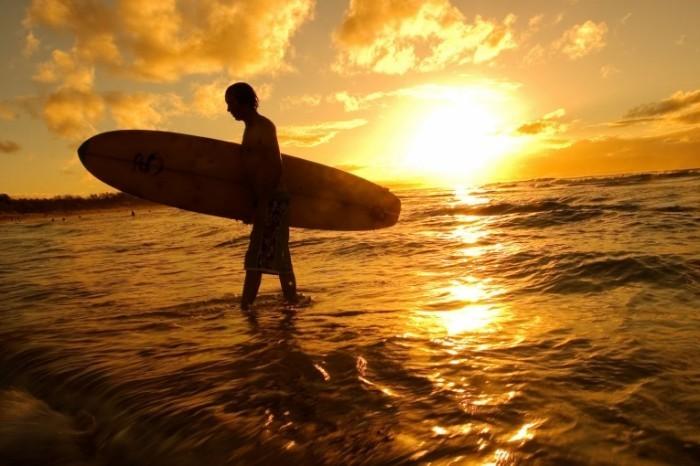 shutterstock 2863983 700x466 Парень с доской для серфинга   Man with surfboard