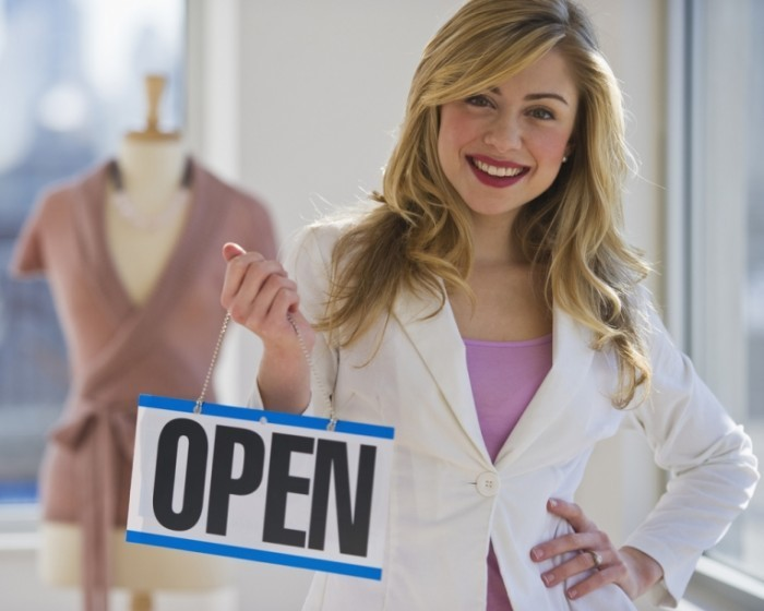 shutterstock 47451532 700x560 Девушка с табличкой open   Girl with open sign