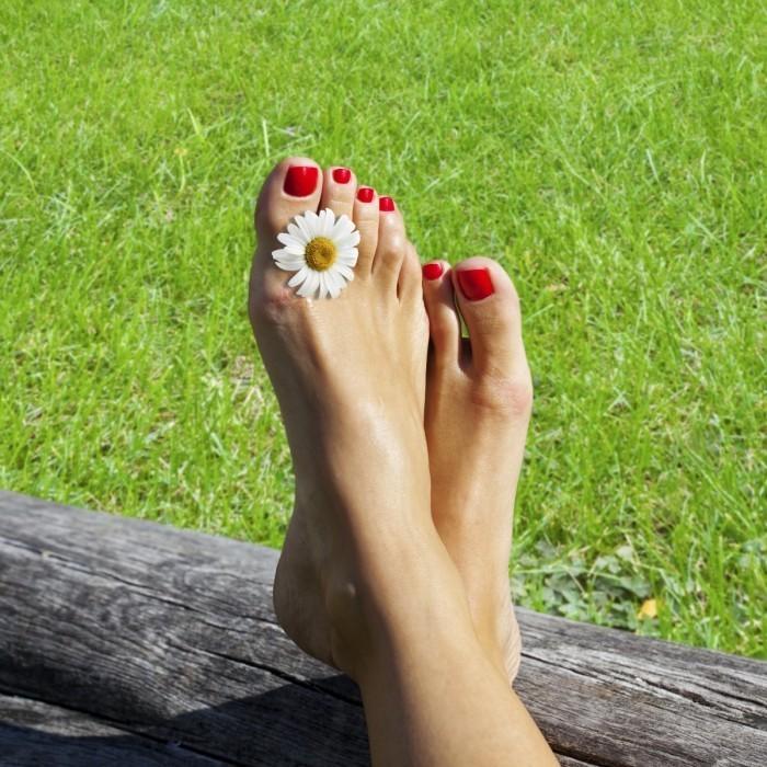 shutterstock 64937998 700x700 Ноги с педикюром   Feet with pedicure