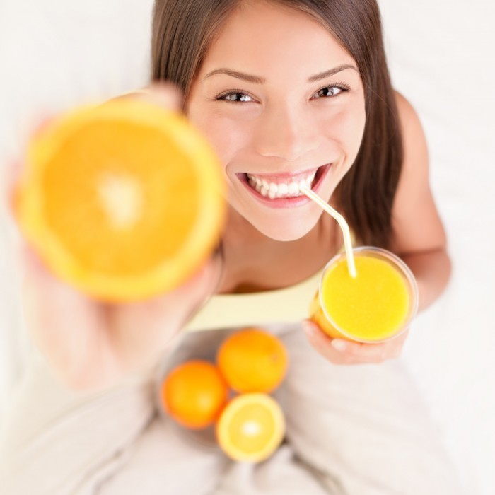 shutterstock 691050851 700x700 Девушка с апельсинами   Girl with oranges