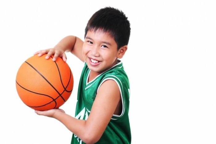 shutterstock 70067704 700x466 Мальчик с баскетбольным мячом   Boy with a basketball