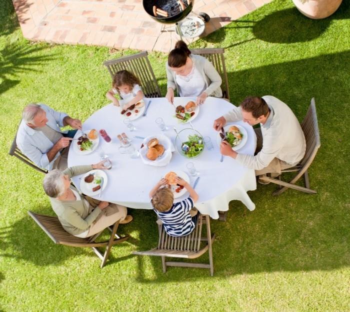 shutterstock 72624130 700x623 Семейный обед   Family dinner