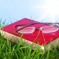 Книга с очками в траве - Book with glasses in the grass