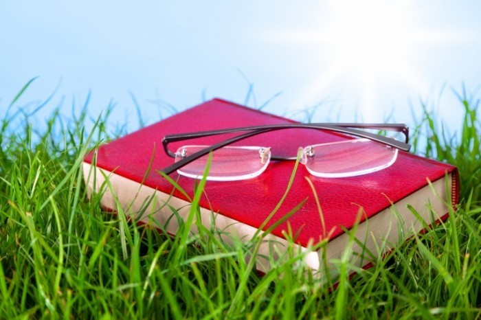 shutterstock 98984897 700x466 Книга с очками в траве   Book with glasses in the grass
