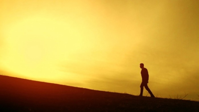 stock footage man walking up hill mountain climb sunset silhouette 700x393 Прогулка горами в закат   Walk around the corner into the sunset