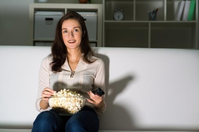 65dd94a17525a527 shutterstock 139845880.xxxlarge 2x 700x466 Девушка с попкорном   Girl with popcorn