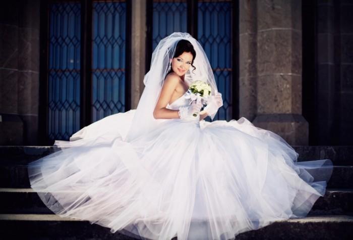 Невеста в пышном платье   Bride in a magnificent dress