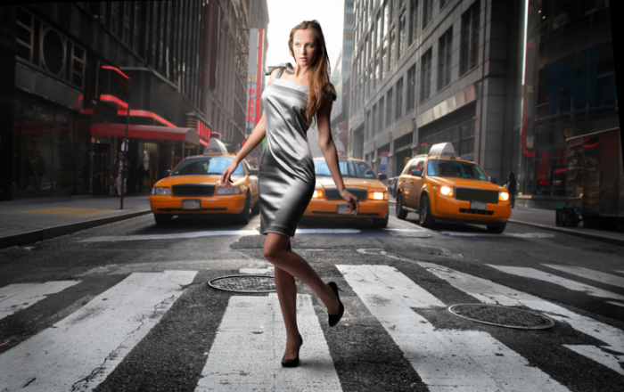 Fotolia 19974571 resized 700x440 Девушка на фоне такси   Girl on a background of a taxi
