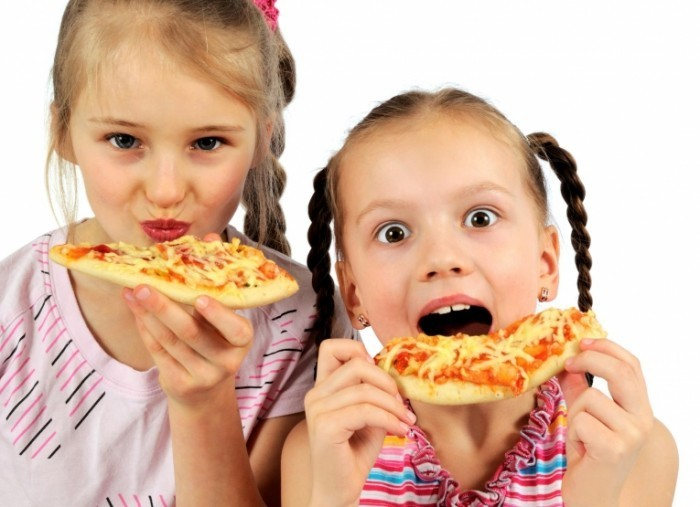 Fotolia 34033392 Subscription L 700x507 Девочки с пиццей   Girl with pizza