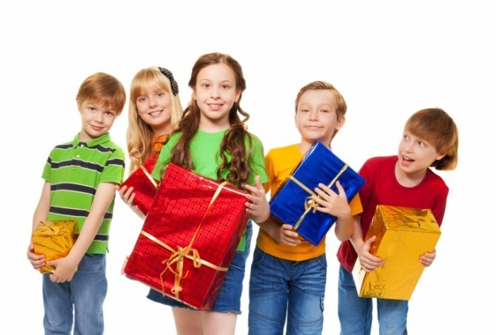 Fotolia 48080348 Subscription Monthly M1 700x473 Дети с подарками   Children with gifts