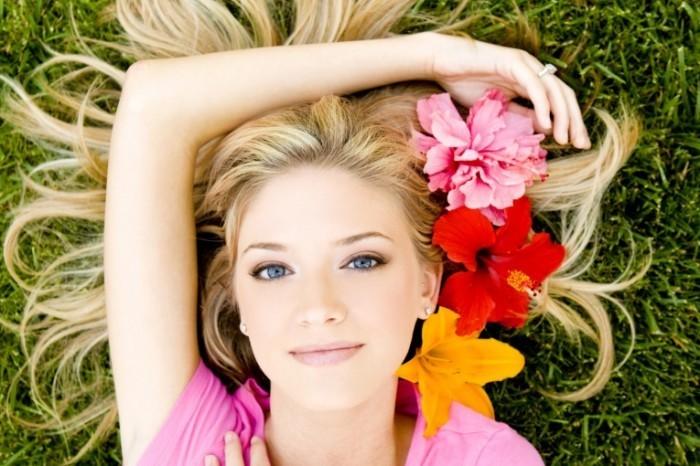 Девушка с цветами в волосах girl with flowers