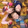 Дети в осенних листьях - Children in autumn leaves