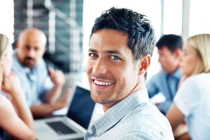 fotolia 30038705 m 700x465 Мужчина с улыбкой в офисе   Man with smile in office