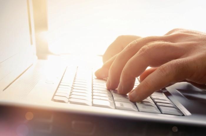 shutterstock 112692424 700x463 Руки на клавиатуре   Hands on keyboard
